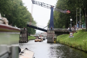 The lift bridge into Den Bosch closing before we get under it.. but high enough for us to pass.