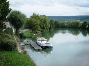 Endellion moored at Damery.